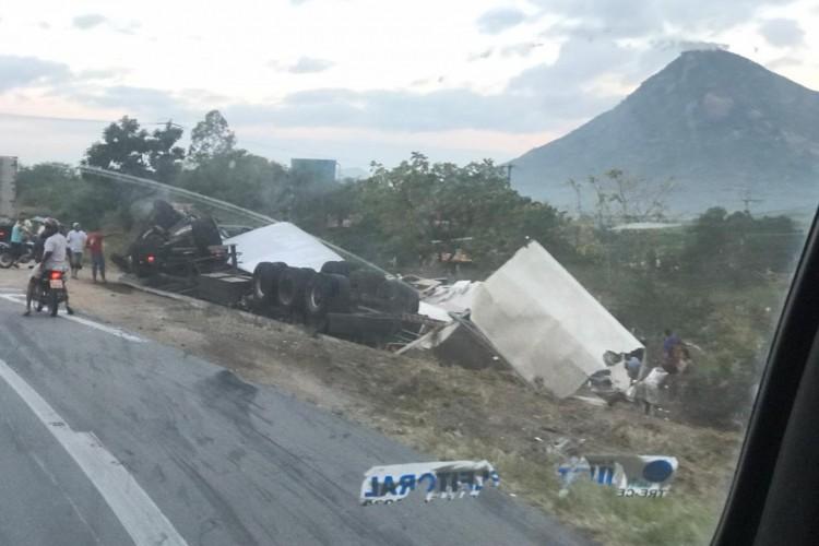 Caminhão com carga de guarda-roupas tomba em Itapajé (Foto: Foto: Polícia Rodoviária Federal)