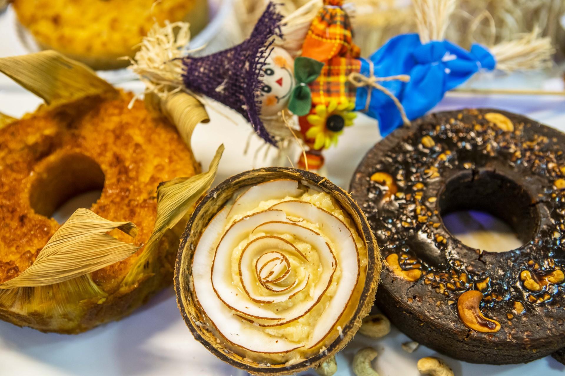 Produção junina da Casa Plaza foca em bolos com lembrança da época, entre eles está o de pé-de-moleque (R$ 46,99 o Kg)