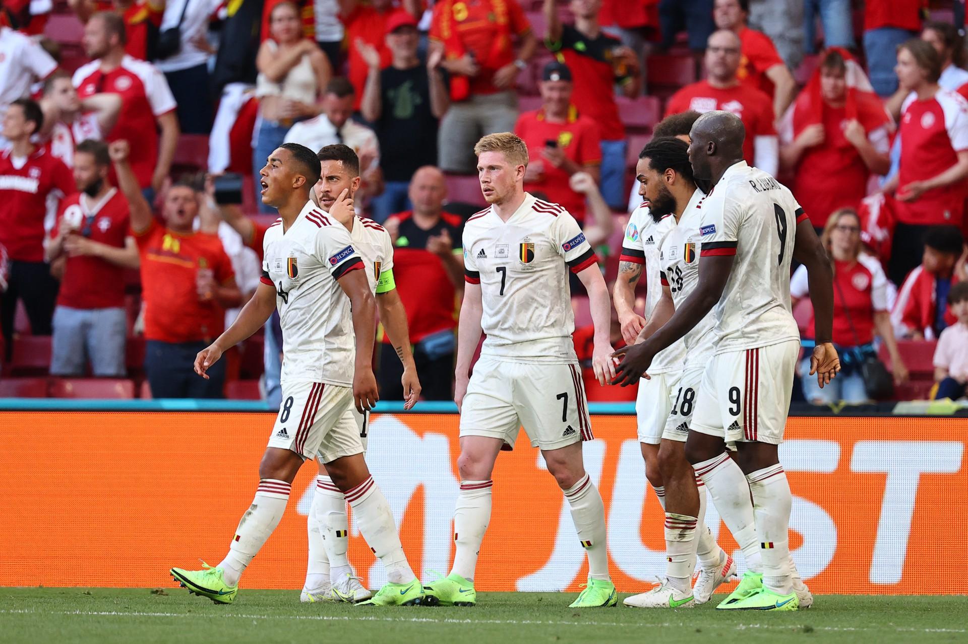 O meio-campista belga Kevin De Bruyne (C) comemora com seus companheiros após marcar o segundo gol de sua equipe durante a partida de futebol do Grupo B do UEFA EURO 2020, entre Dinamarca e Bélgica, no Estádio Parken, em Copenhague, em 17 de junho de 2021. (Foto de WOLFGANG RATTAY / POOL / AFP)