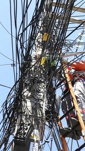 FORTALEZA,CE, BRASIL, 17.06.2021: Funcionários da Enel realizam manutenção em rede elétrica no bairro Meireles.  (Fotos: Fabio Lima/O POVO) (Foto: FABIO LIMA)