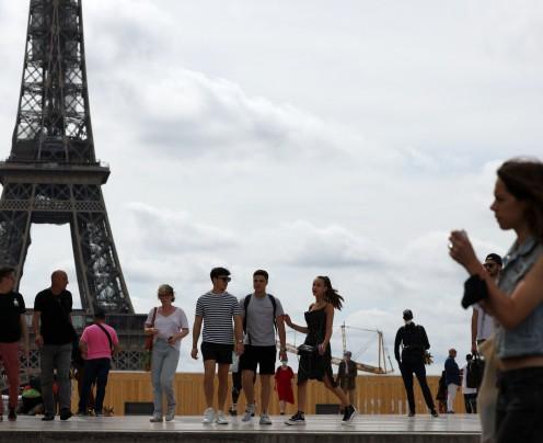 França acaba com o uso obrigatório de máscara ao ar livre