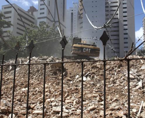 Residencial Iracema é demolido cinco anos após desocupação