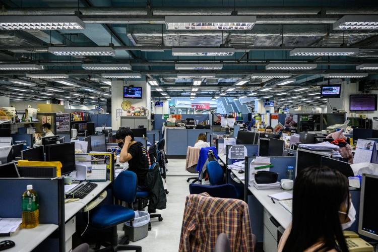 Redação do Apple Daily em Hong Kong em 17 de junho de 2021, depois que a polícia de Hong Kong prendeu o editor-chefe e quatro executivos do jornal pró-democracia      Caption (Foto: Anthony WALLACE / AFP)