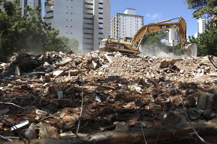 """Em poucas horas, um dos prédios mais antigos de Fortaleza virou """"pó"""" (Foto: FÁBIO LIMA/ O POVO)"""