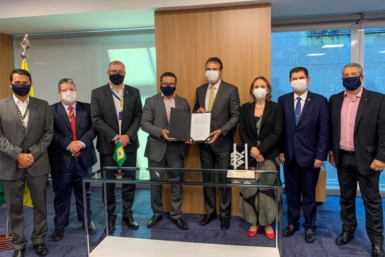 Governador Camilo Santana viajou a Brasília com os secretários estaduais Mauro Benevides Filho e Fernanda Pacobahyba. (Foto: Reprodução / Twitter)