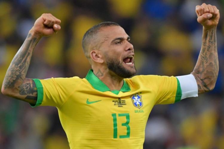 André Jardine surpreende e chama Daniel Alves para representar a Seleção Brasileira nas Olímpiadas  (Foto: Luis Acosta / AFP)