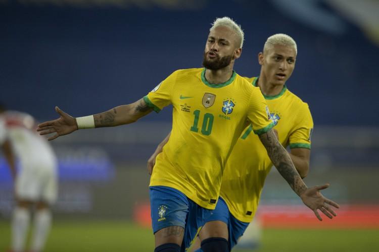 17/6/2021 - Neymar e Richarlison comemoram o segundo gol do Brasil contra o Peru pela Copa América, na vitória por 4 a 0 no estádio Nilton Santos, no Rio de Janeiro (RJ) (Foto: Lucas Figueiredo/CBF)