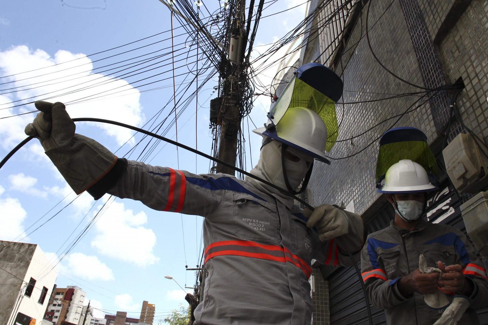 FORTALEZA,CE, BRASIL, 17.06.2021: Funcionários da Enel realizam manutenção em rede elétrica no bairro Meireles.  (Fotos: Fabio Lima/O POVO)