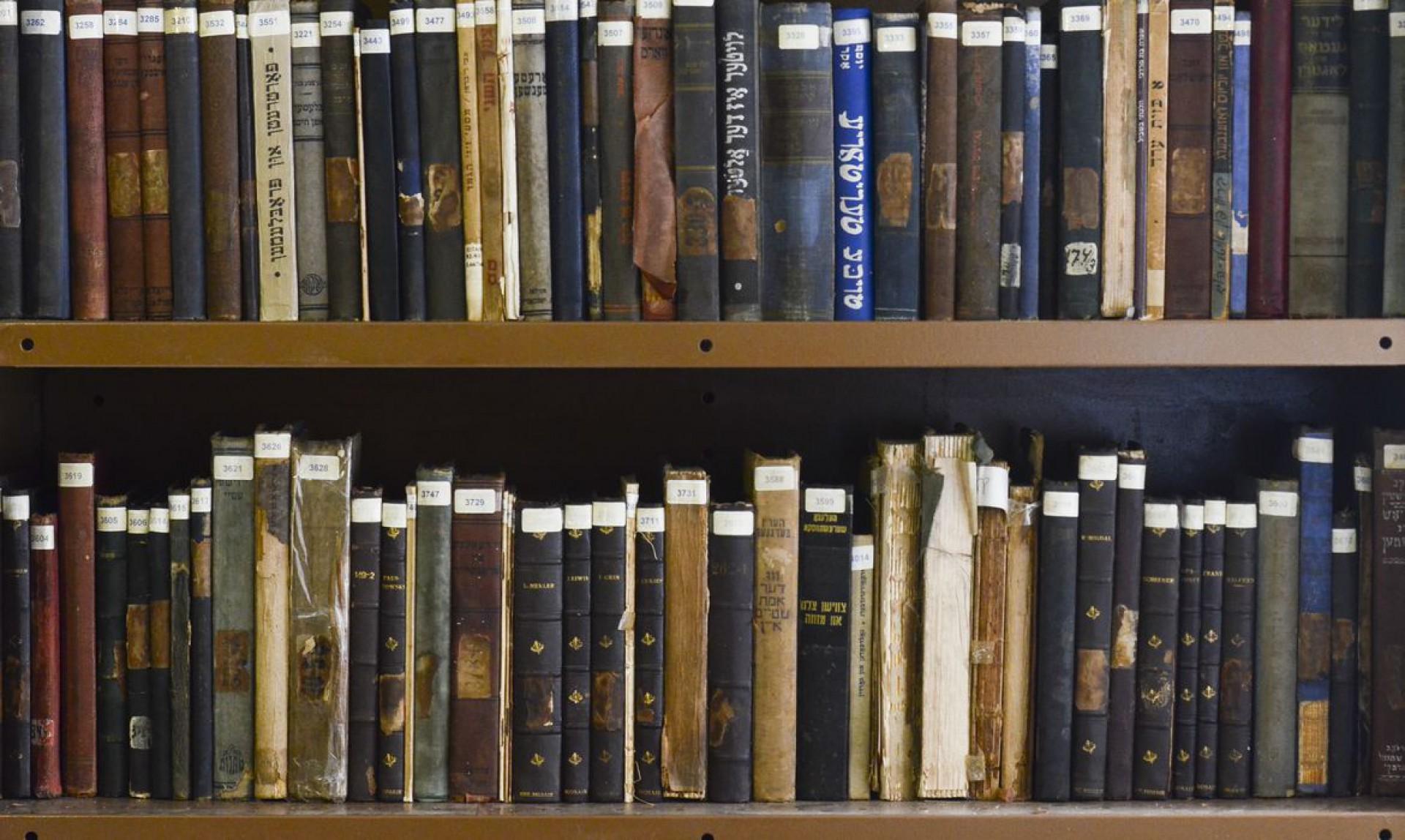 A Lei de Direitos Autorais no Brasil diz que uma obra ganha essa condição 70 anos após a morte do autor.