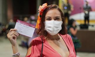 FORTALEZA, CE, 18-06-2021: Arraia da vacinacao no Centro de Eventos que acontece hoje de 09:00 as 23:00 contou com uma banda de Sao Joao e quadrilha junina. Na foto, a entrevistada Ilana Brasil. Edson Queiroz, Fortaleza.(BARBARA MOIRA/ O POVO)