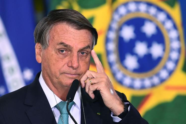 """Pela primeira vez o presidente Jair Bolsonaro tem o seu nome diretamente envolvido em suposto esquema de """"rachadinha"""". Acusações desse tipo já surgiram contra os seus filhos Flávio e Carlos (Foto: EVARISTO SA /AFP)"""