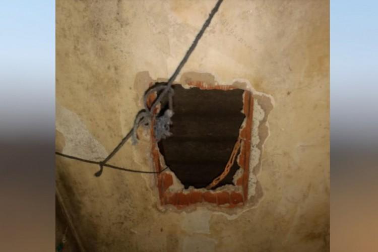 Buraco no teto da cela aberto para a fuga de Lázaro Barbosa da cadeia de Águas Lindas de Goiás, em 2018.   (Foto: Reprodução/Polícia Militar)