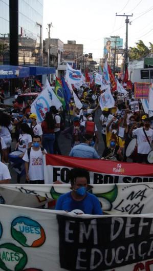 Manifestantes carregavam bandeiras e cartazes. (Foto: Thais Mesquita)
