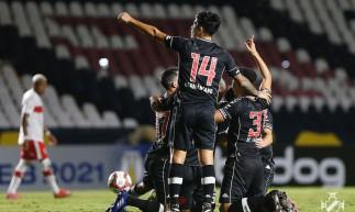 Jogadores comemoram gol no jogo Vasco da Gama x CRB, em São Januário, pela Série B