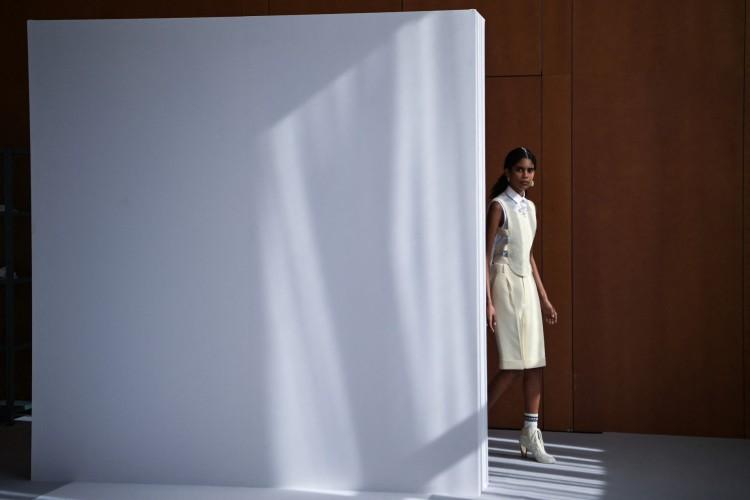 Nova coleção da Dior foi apresentada em Atenas (Foto: ARIS MESSINIS/ AFP)