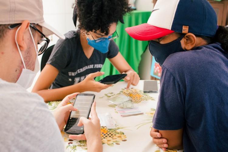 """""""Cadastra Eu"""" foi um dos mutirões realizados em Fortaleza para inserir no sistema de vacinação as pessoas que não tinham acesso à internet ou com pouco domínio de tecnologias  (Foto: Fernanda Barros/ O POVO)"""