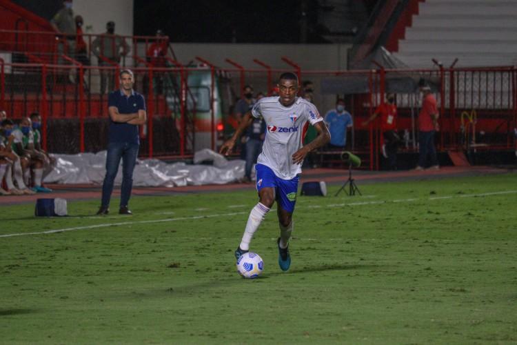 Zagueiro Marcelo Benevenuto com a bola no jogo Atlético-GO x Fortaleza, no estádio Antônio Accioly, pela Série A (Foto: Leonardo Moreira / Fortaleza EC)