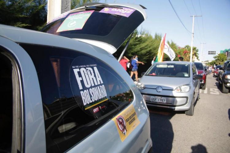 Populares formaram uma fila de carros. (Foto: Thais Mesquita)
