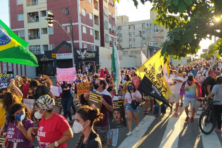Manifestantes caminharam pela Avenida da Universidade e desceram a Domingos Olímpio, em reivindicação contra o governo Bolsonaro (Foto: Carlos Mazza)