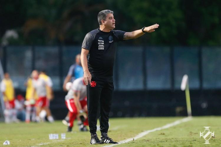 Técnico Marcelo Cabo à beira do campo no jogo Vasco da Gama x CRB, em São Januário, pela Série B (Foto: Rafael Ribeiro/Vasco)