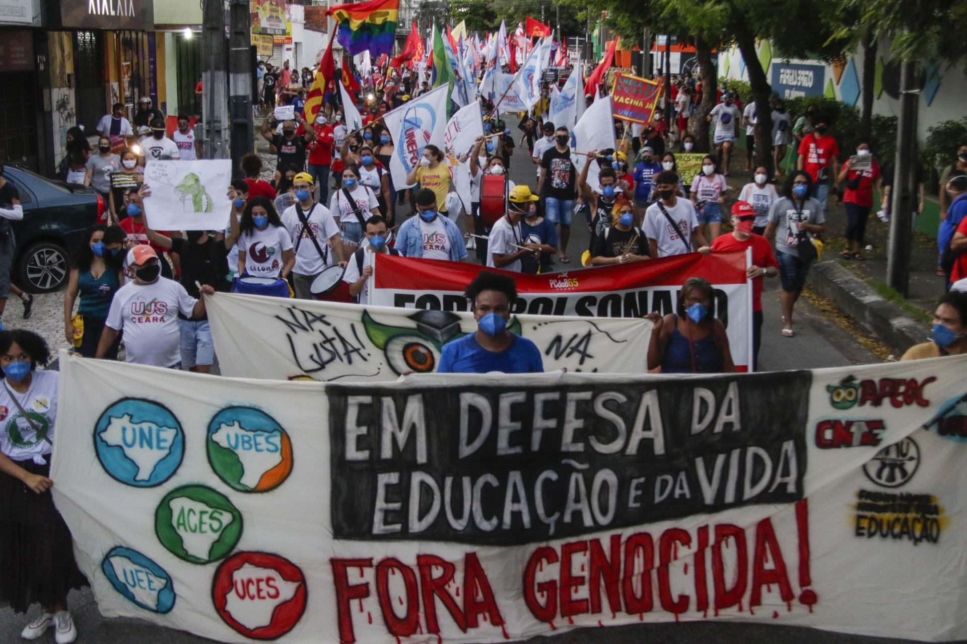FORTALEZA, CE, BRASIL, 19.06.2021: Ato Fora Bolsonaro - Passeata que concentrou na Praça da Gentilandia e Caminhou pelo Bairro Benfica (Thais Mesquita/OPOVO) (Foto: Thais Mesquita)