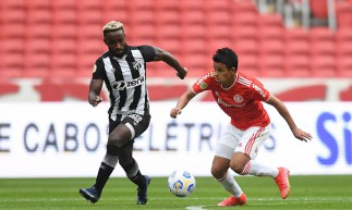 Atacante Steven Mendoza disputa bola no jogo Internacional x Ceará, no Beira-Rio, em Porto Alegre, pela Série A