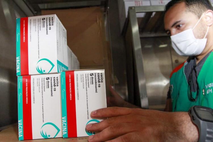 280.500 doses da vacina da AstraZeneca chegaram ao Estado neste domingo, 20 (Foto: Reprodução/Twitter)