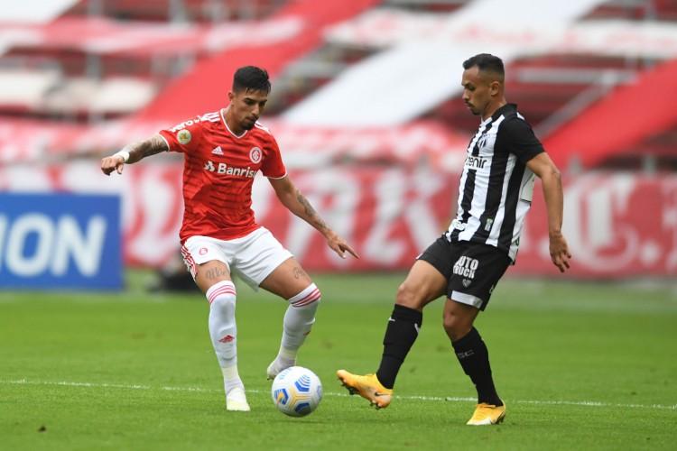 Meia Lima toca a bola no jogo Internacional x Ceará, no Beira-Rio, em Porto Alegre, pela Série A (Foto: Ricardo Duarte/Internacional)