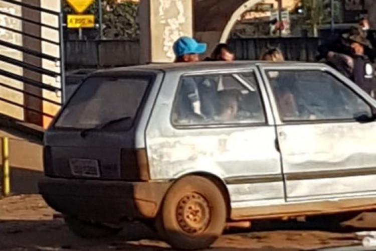 Família com grávida vive em carro por medo de Lázaro Barbosa (Foto: Reprodução/TV Anhanguera)