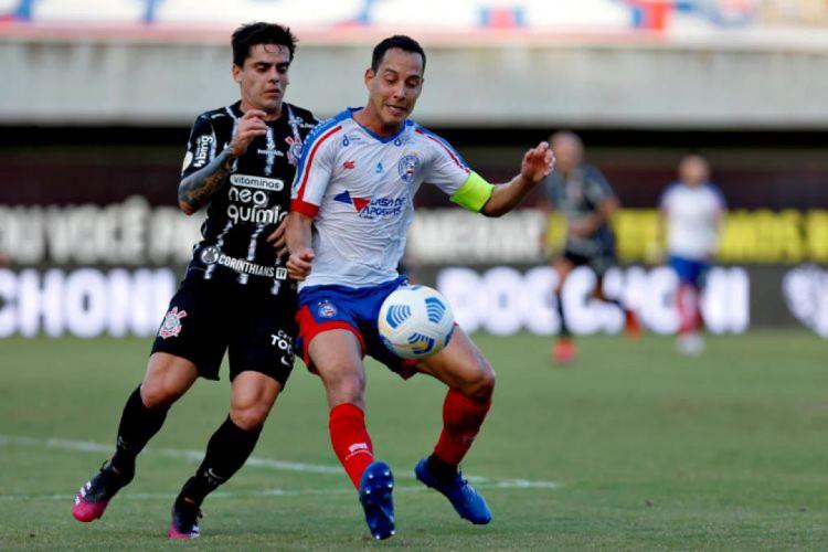 Fagner e Rodriguinho disputam bola em duelo pela Série A (Foto: FELIPE OLIVEIRA/EC BAHIA)