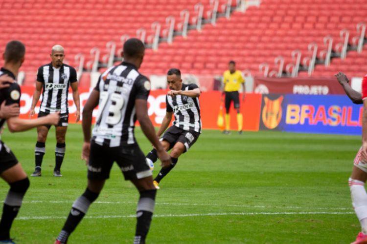 Lima marcou golaço de falta contra o Internacional (Foto: Felipe Santos / Ceará SC)