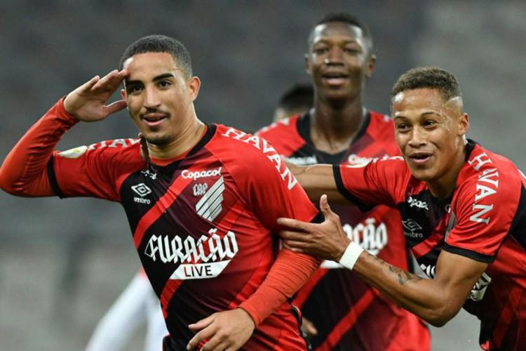 Athletico-PR vira para cima do Atlético-GO e lidera o Brasileirão (Foto: )