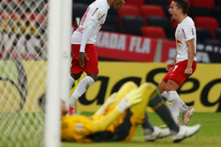 Bragantino supera Flamengo no Maracanã e dorme na ponta do Brasileiro (Foto: )