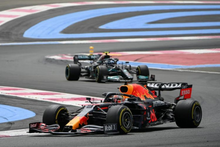 Verstappen ultrapassou Hamilton faltando duas voltas para o fim da corrida (Foto: CHRISTOPHE SIMON/AFP)