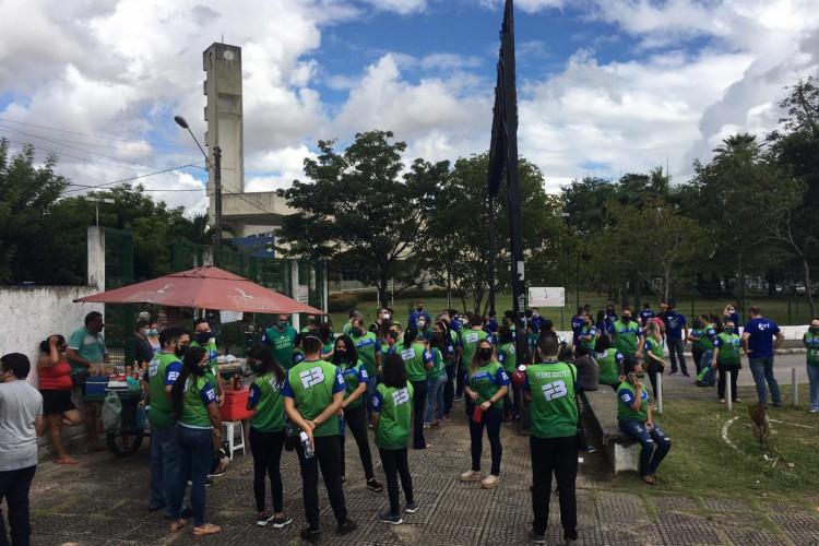 Aglomerações foram registradas na entrada da Universidade, em Fortaleza (Foto: Luciano Cesário/Especial para O POVO)