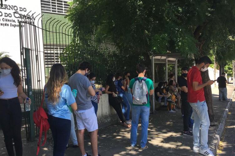 Foram mais de 13 mil inscritos para realização do exame, que teve início às 9h e segue até às 13h (Foto: Luciano Cesário/Especial para O POVO)