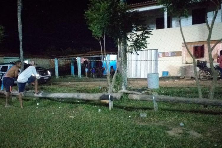 Suspeitos chegaram em um campo de futebol e realizaram disparos de arma de fogo  (Foto: Divulgação)