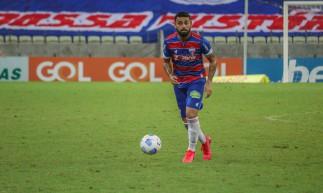 Volante Felipe com a bola no jogo Fortaleza x Sport, na Arena Castelão, pela Série A