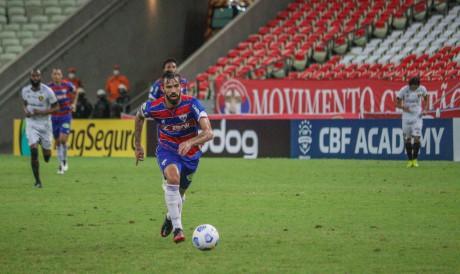 Meia Matheus Vargas com a bola no jogo Fortaleza x Sport, na Arena Castelão, pela Série A