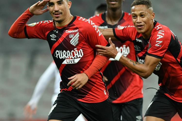 O Athletico-PR venceu o Atlético-GO, manteve o 100% e assumiu a liderança do Fortaleza no Brasileirão (Foto: José Tramontin/athletico.com.br)