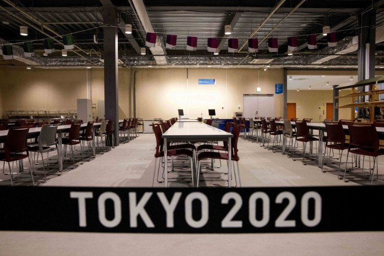 O primeiro-ministro japonês anunciou que estado de emergência em Tóquio provocado pela Covid permanecerá em vigor durante as Olimpíadas (Foto: Behrouz MEHRI / AFP)