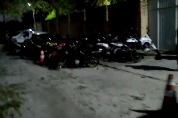 Cerca de 300 carros e 80 motocicletas estavam estacionados nos arredores do sítio onde estava ocorrendo o bingo (Foto: Divulgação/PMCE)