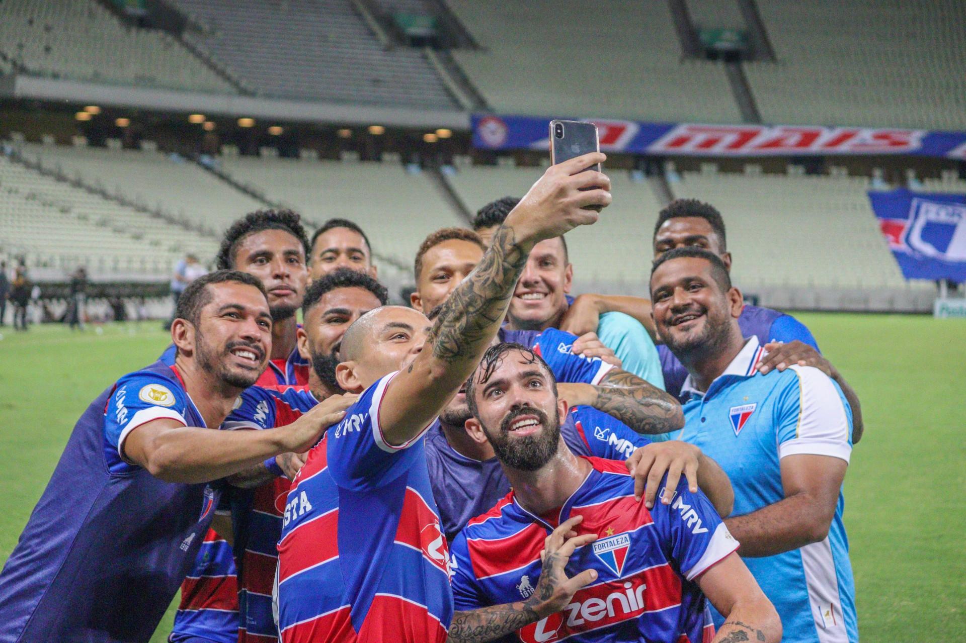 (Foto: Bruno Oliveira/Fortaleza EC)Wellington Paulista tira selfie em comemoração de gol no jogo Fortaleza x Sport, na Arena Castelão, pela Série A