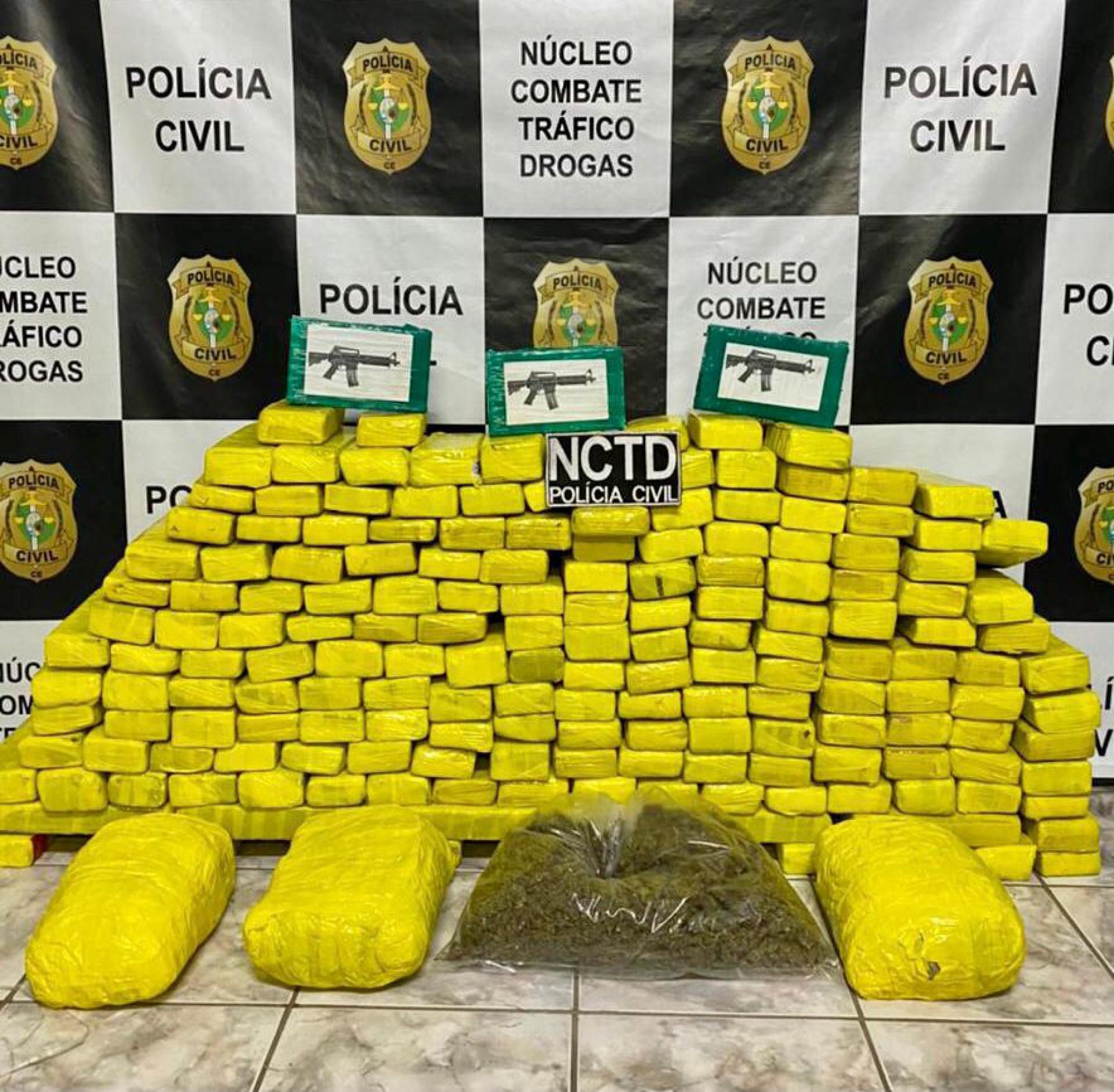 A dupla foi encaminhada para a unidade policial, onde foi autuada por tráfico de drogas, associação para o tráfico e tráfico interestadual (Foto: Divulgação/PMCE)