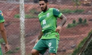 Leandro Carvalho durante treinamento do América-MG