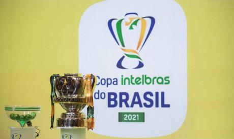 Taça da Copa do Brasil 2021 e pote do sorteio na sede da CBF, no Rio de Janeiro