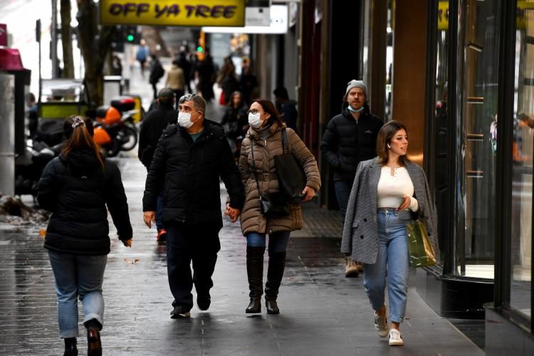 As pessoas caminham por uma rua movimentada em Melbourne em 18 de junho de 2021 (Foto: WILLIAM WEST / AFP)