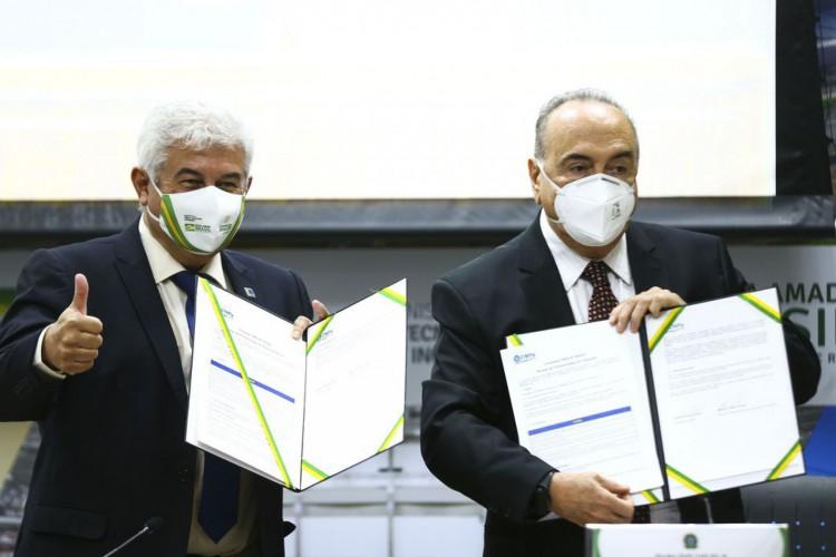 O ministro da Ciência, Tecnologia e Inovações (MCTI), Marcos Pontes, e o presidente do CNPq, Evaldo Vilela, durante cerimônia de lançamento de três chamadas públicas CNPq/MCTI, com valor total superior a R$ 407 milhões. (Foto: Marcelo Camargo/Agência Brasil)
