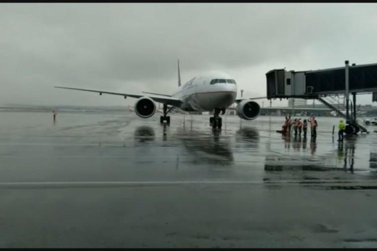 Avião com lote de vacinas da Janssen chega a São Paulo (Foto: Reprodução/TV Globo)