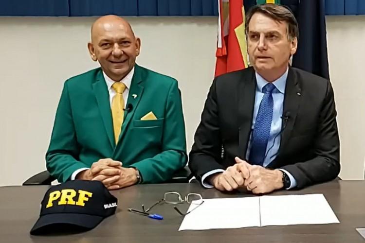 Presidente Jair Bolsonaro (sem partido) em live ao lado de Luciano Hang, em 2019. (Foto: Reprodução/Facebook Jair Bolsonaro)